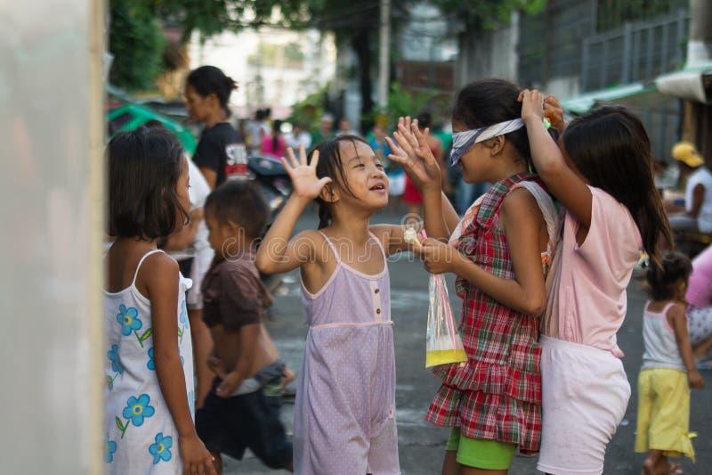 使用在街道上的女孩在王城区,马尼拉 免版税库存图片