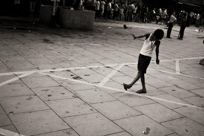 使用在街道上的男孩 图库摄影