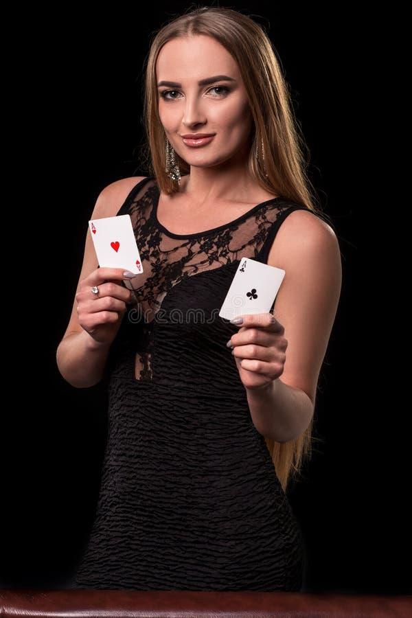 使用在赌博娱乐场的年轻美丽的妇女 举行啤牌卡片的赢取的组合女孩 一点二 库存照片