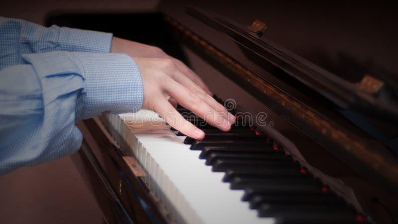 使用在钢琴的手 免版税库存图片