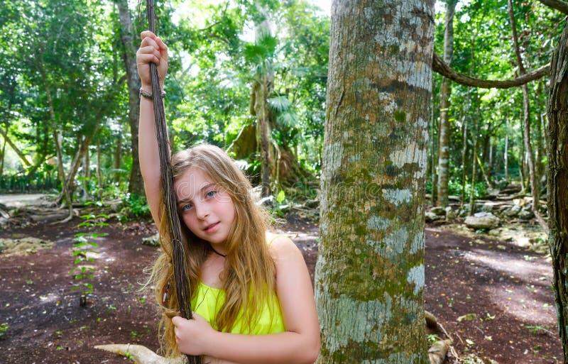 使用在雨林密林的白种人女孩 图库摄影
