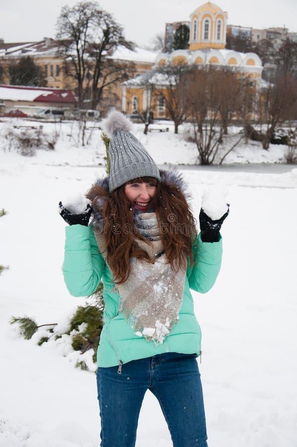 使用在雪球的公园的快乐的女孩 库存照片