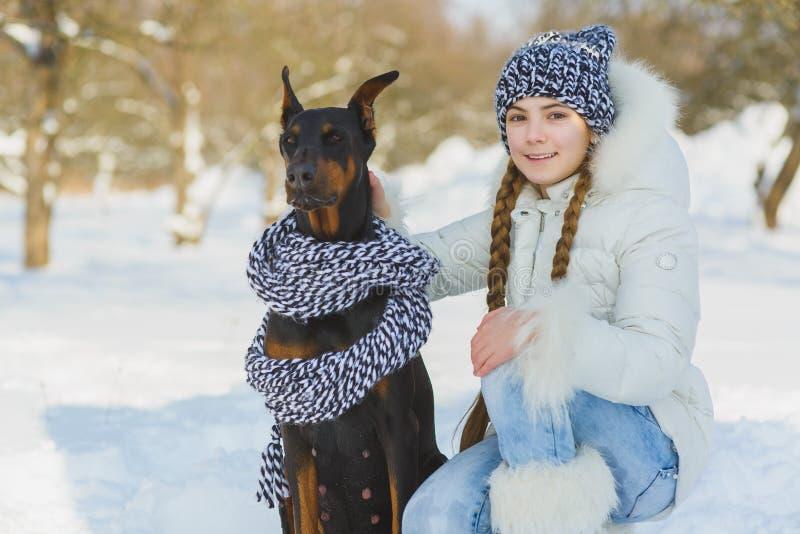 使用在雪的快乐的孩子 获得两个愉快的女孩乐趣在冬日之外 库存图片