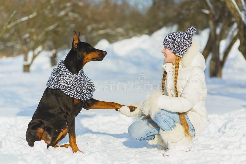 使用在雪的快乐的孩子 获得两个愉快的女孩乐趣在冬日之外 免版税图库摄影