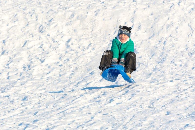 使用在雪的男孩 免版税库存照片
