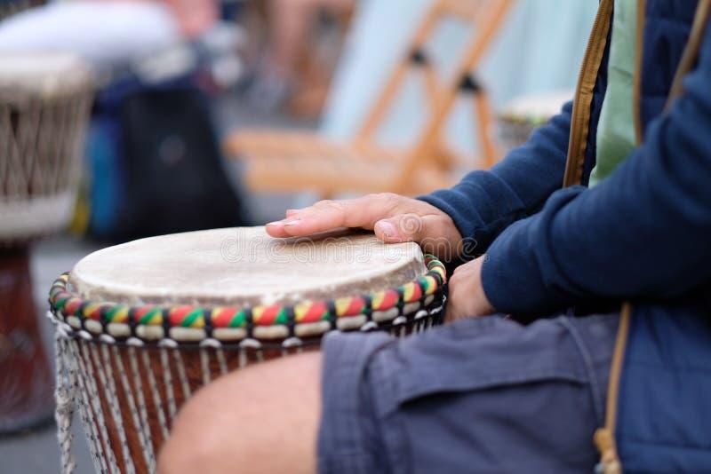 使用在非洲djembe鼓的音乐家的手 免版税库存图片