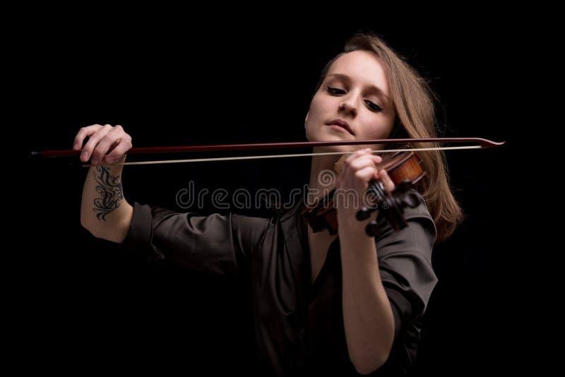 使用在黑背景的热情的小提琴音乐家 免版税图库摄影