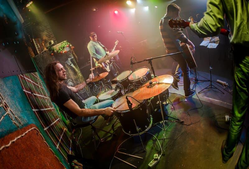 使用在鼓的鼓手设置在阶段 免版税图库摄影