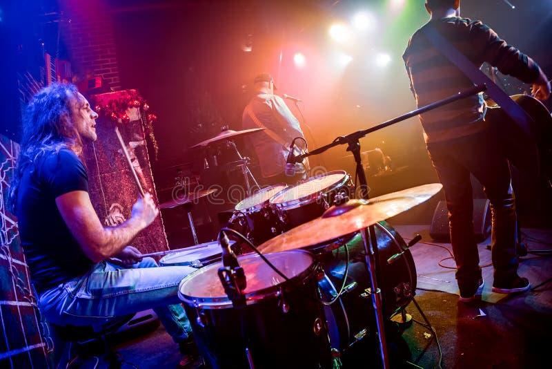 使用在鼓的鼓手设置在阶段 库存图片