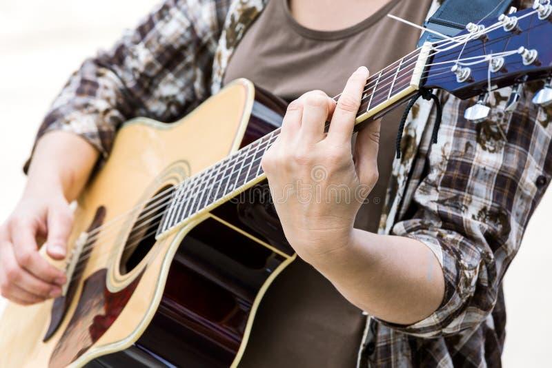 使用在经典声学吉他的妇女 免版税库存图片