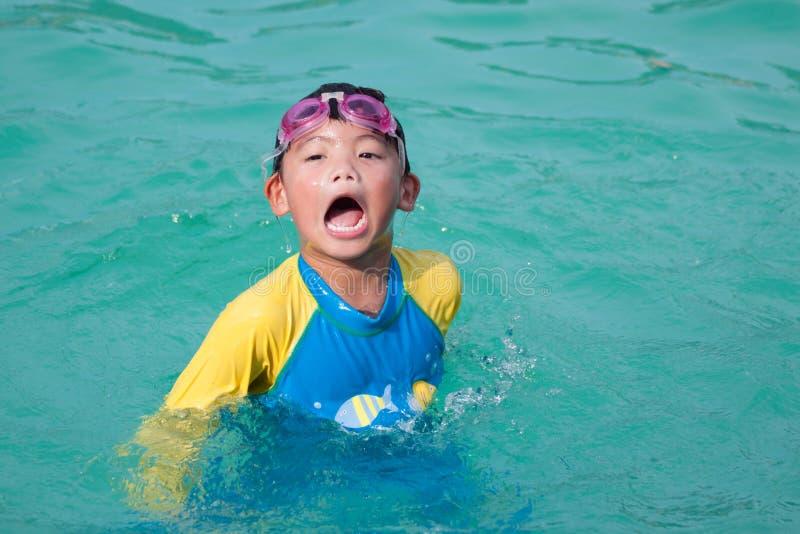 使用在水池的亚裔男孩 图库摄影