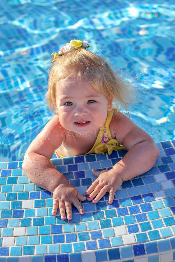 使用在水池的女婴 库存图片
