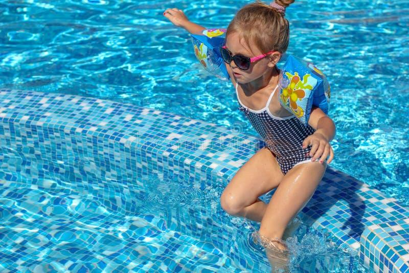 使用在水池的女婴 免版税图库摄影