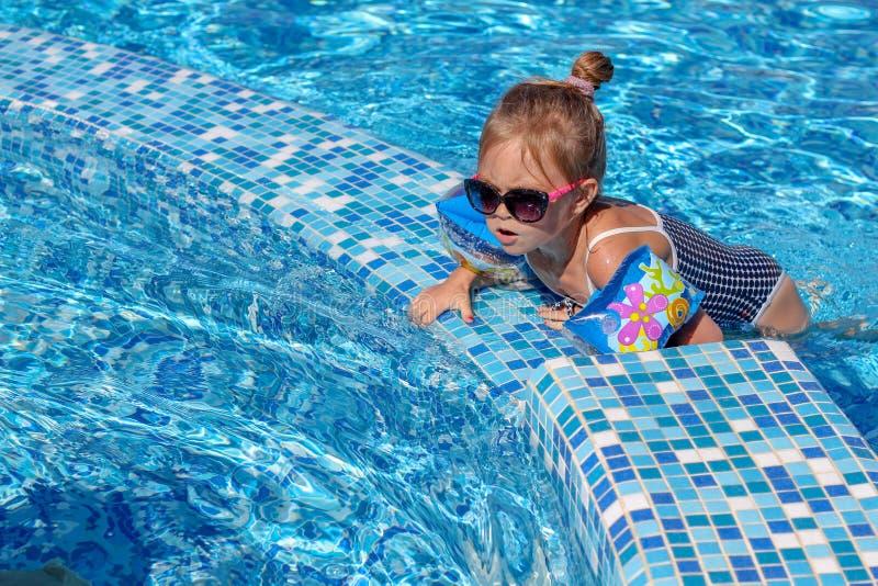 使用在水池的女婴 免版税库存照片