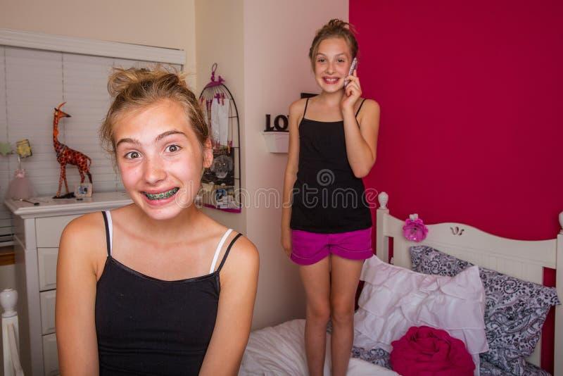 使用在他们的屋子里的两个孩子 库存照片