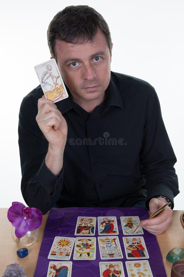 使用在紫色桌上的公算命者占卜用的纸牌 库存图片