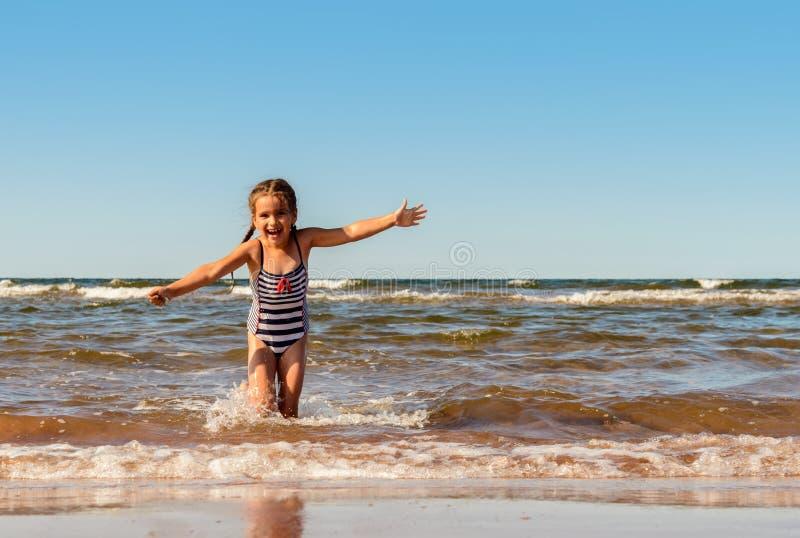 使用在Brackley海滩的小女孩 免版税图库摄影