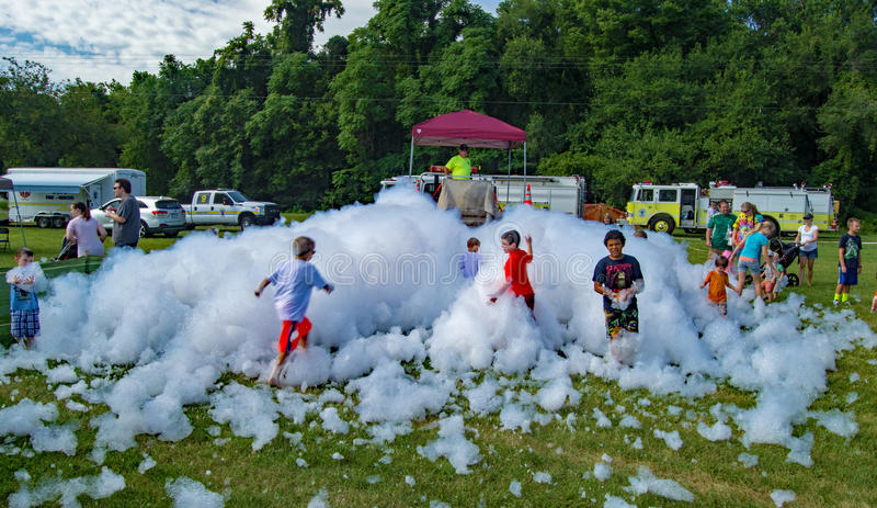 使用在Firemen's泡沫的孩子 库存图片