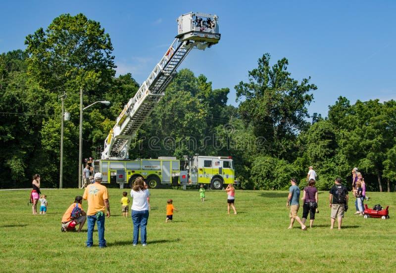 使用在Firemen's水喷雾器下的孩子 免版税库存照片