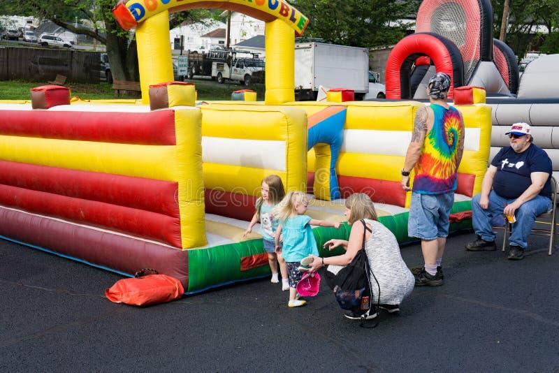 使用在Vinton山茱萸节日的孩子 免版税库存照片