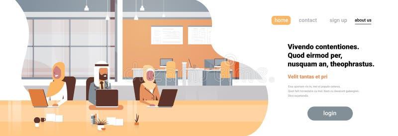 使用坐平展一起谈论的膝上型计算机工作的过程阿拉伯商人的办公室工作场所阿拉伯队 库存例证