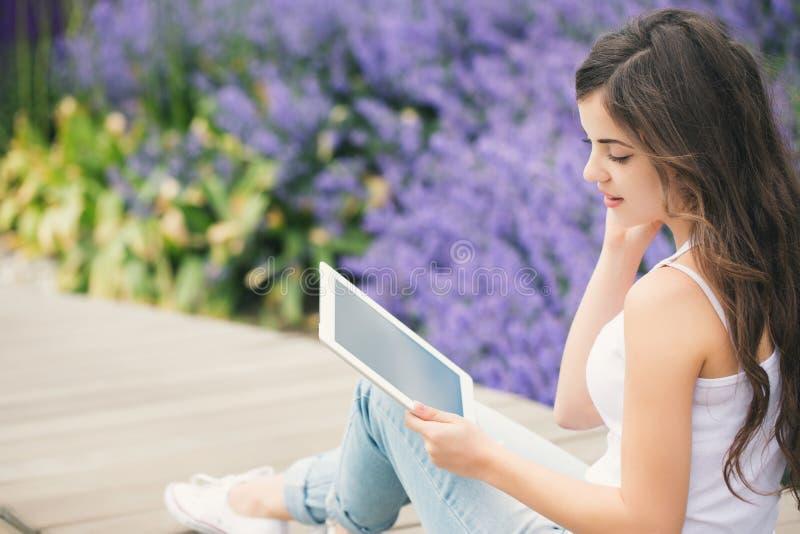 使用垫的学生女孩 免版税库存照片
