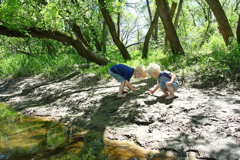 使用外面在河的孩子 图库摄影