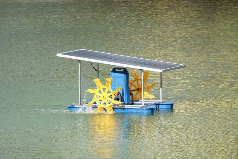 使用太阳能盘区的明轮充气器 免版税库存图片