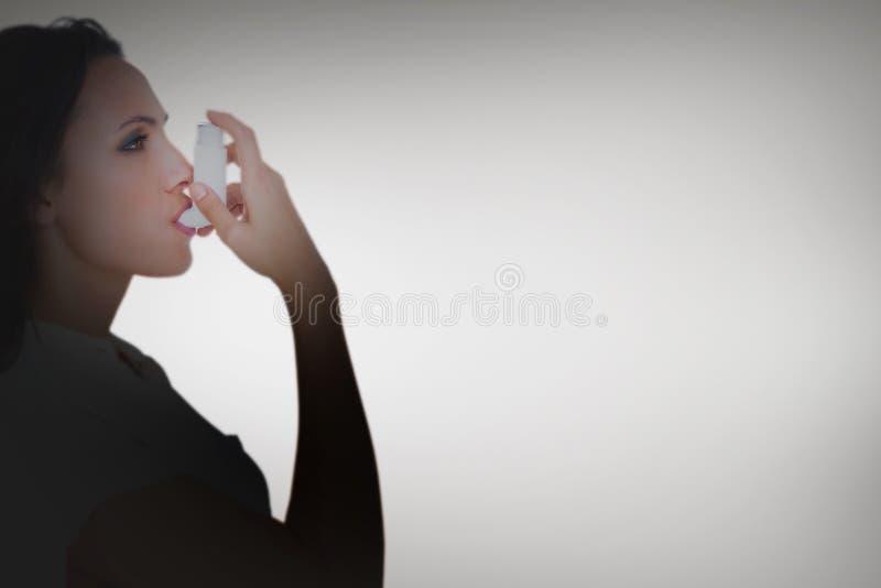 使用她的吸入器的气喘浅黑肤色的男人的综合图象 库存例证