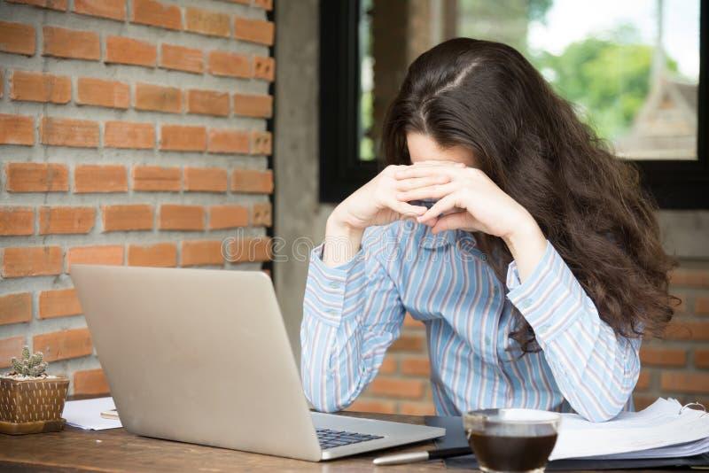 使用她的智能手机的不快乐的年轻女人 年轻企业网上销售的概念 图库摄影