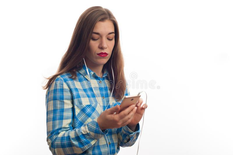 使用她的智能手机,演播室射击的少妇 免版税库存照片