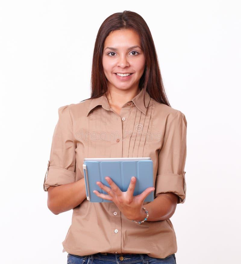 使用她的片剂个人计算机的单独友好的女孩 库存图片