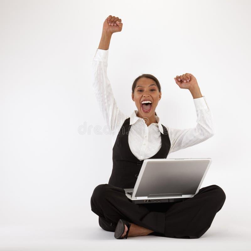 使用妇女年轻人的膝上型计算机