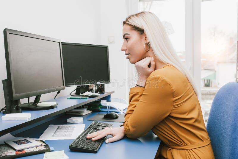 使用妇女年轻人的计算机 免版税库存图片