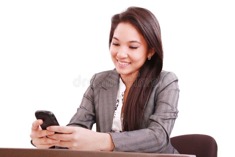 使用妇女的亚洲美丽的bussines移动电话 免版税库存照片