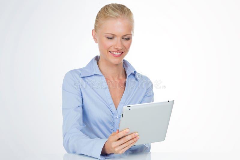 使用妇女的企业片剂 免版税图库摄影