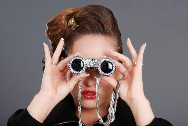 使用妇女的双筒望远镜花梢纵向 免版税库存照片