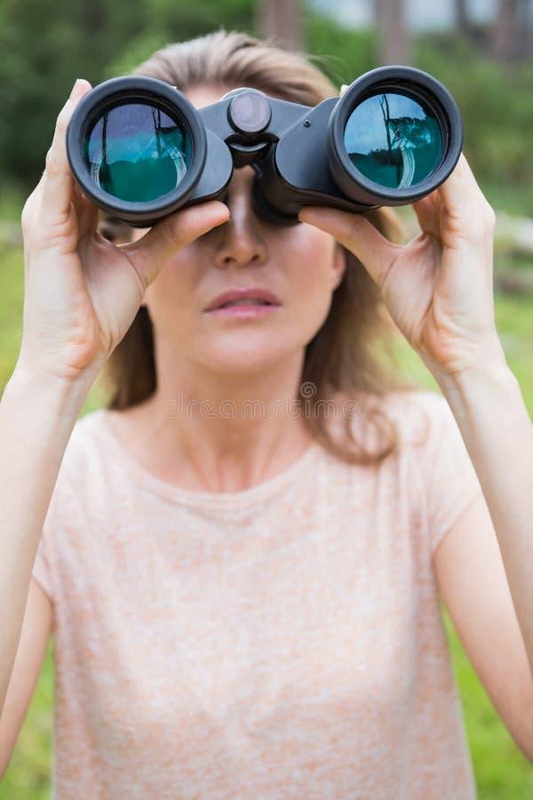 使用妇女的双筒望远镜 免版税库存照片
