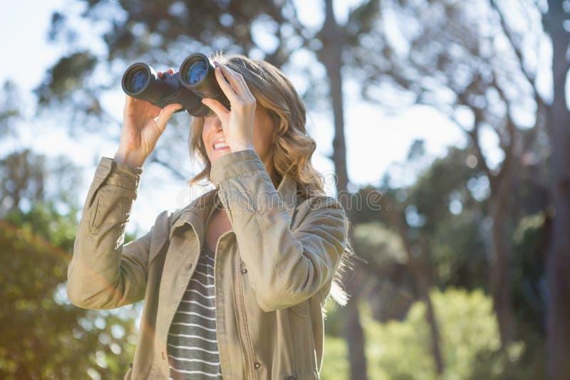 使用妇女的双筒望远镜 库存照片