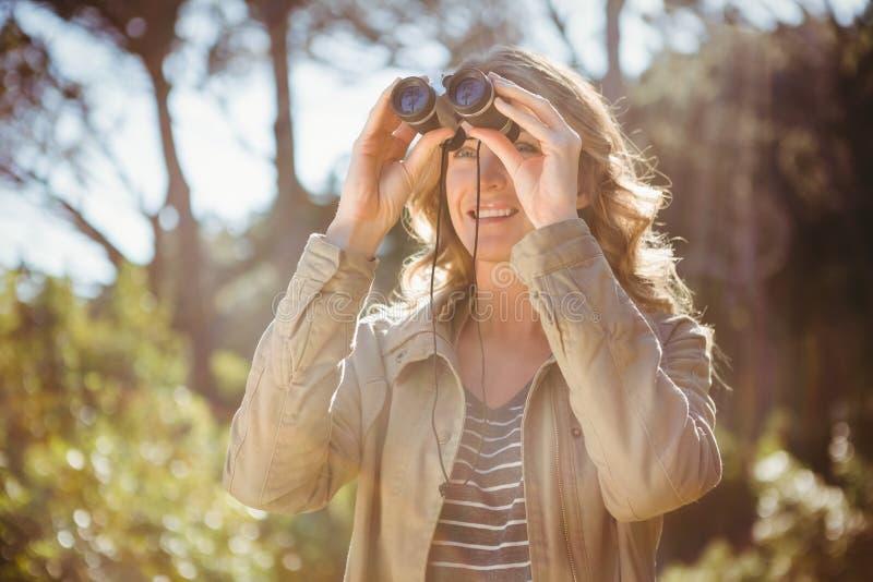 使用妇女的双筒望远镜 图库摄影