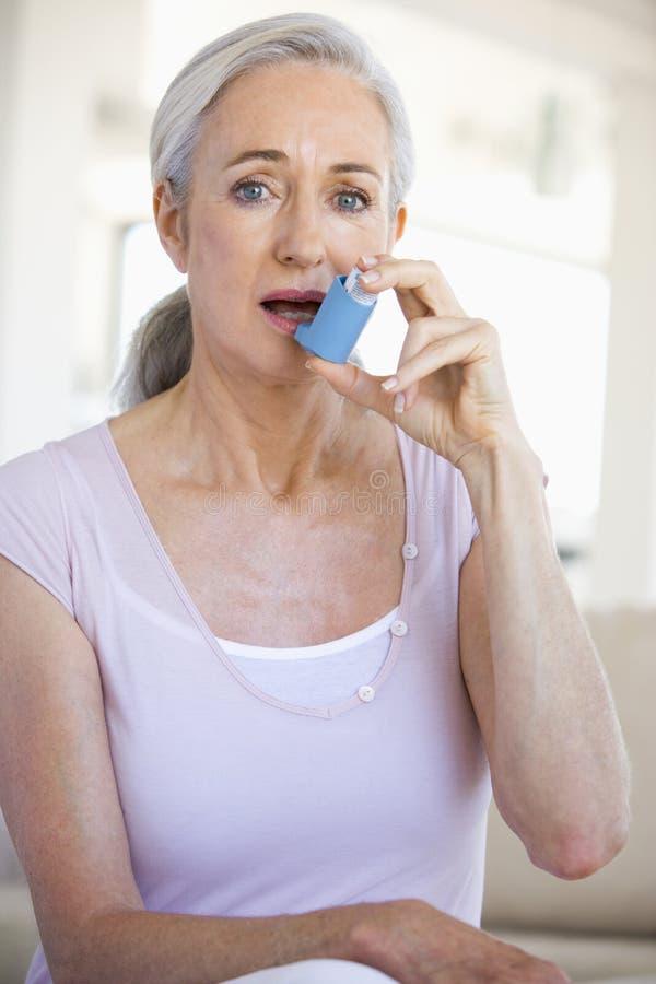 使用妇女的吸入器 免版税库存图片