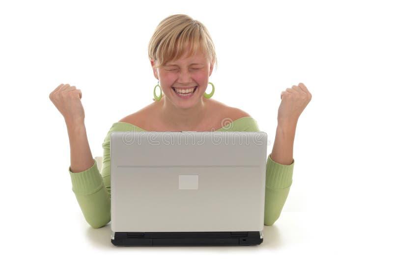 使用妇女的愉快的膝上型计算机 免版税图库摄影