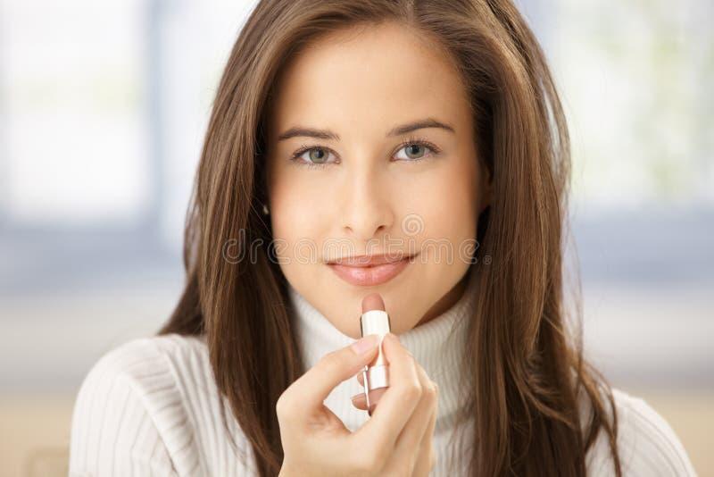 使用妇女的有吸引力的唇膏 库存照片