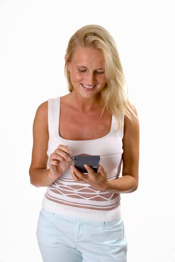 使用妇女的美丽的白肤金发的pda 免版税库存照片