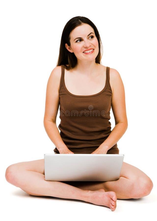 使用妇女的美丽的膝上型计算机 免版税库存照片