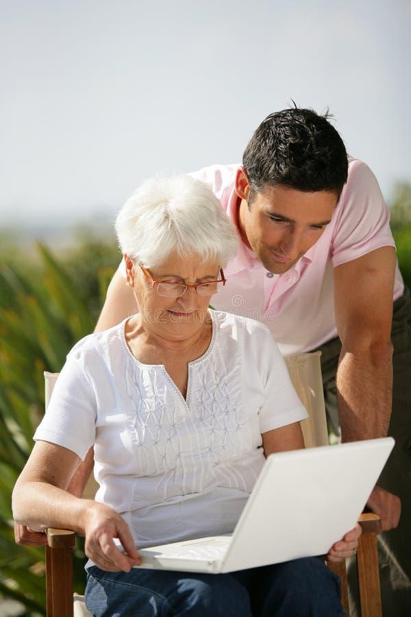 使用妇女的膝上型计算机前辈 库存照片