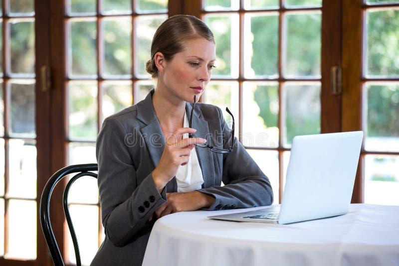 使用妇女的膝上型计算机 免版税库存图片