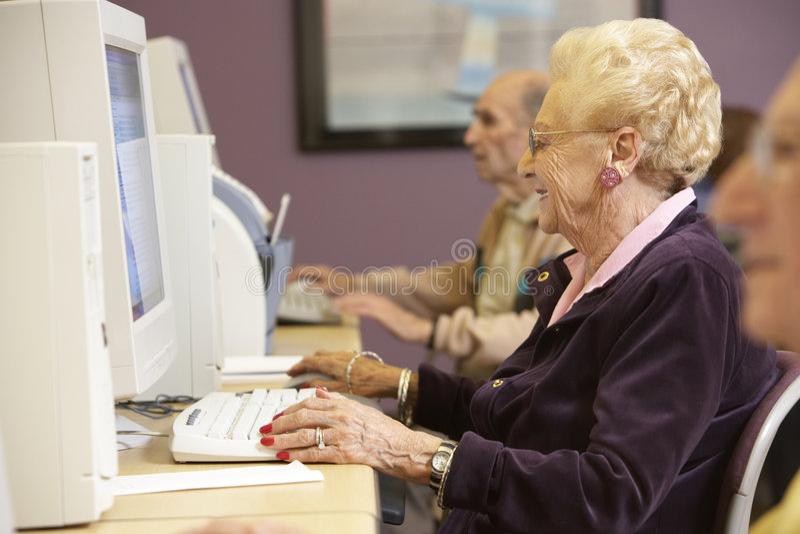 使用妇女的计算机前辈 库存照片
