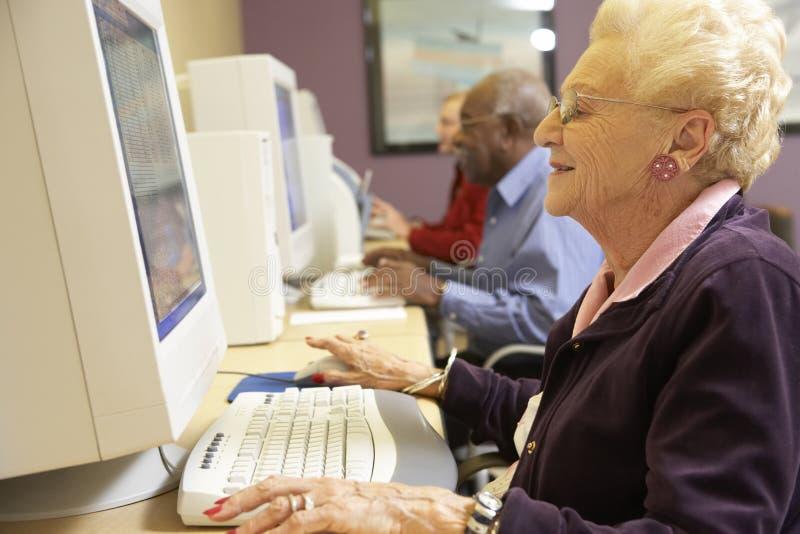 使用妇女的计算机前辈 免版税图库摄影