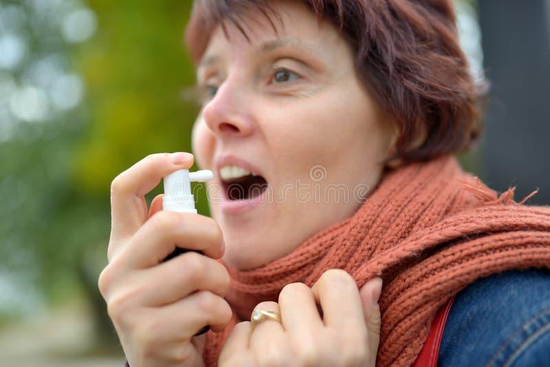 使用妇女年轻人的浪花喉头 库存图片